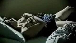 Eine reife Frau fingert sich im Bett