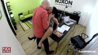 Dieser Typ fickt die notgeile Sekretärin
