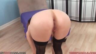 Kassius Kay bläst auf ihren Knien den Schwanz
