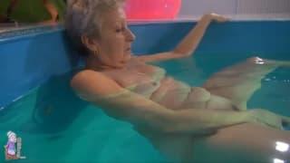Eine Oma schwimmt und masturbiert danach