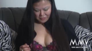 Diese brünette Asiatin nimmt es wie eine Fotze
