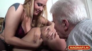 Britt Angel und Kirsten ficken einen alten Typ