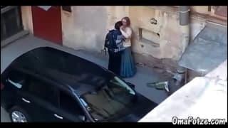 Ein guter Mann fickt eine Frau auf der Straße!