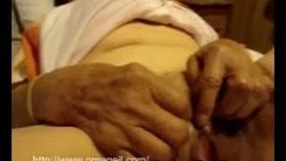 Eine ältere Frau hat Sex mit ihrem Ehemann