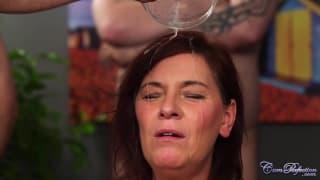 Diese rothaarige Milf badet in Spermien