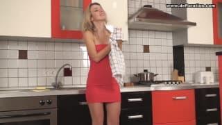 Notgeile Blondine ist erregt in der Küche