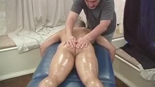 Amando bekommt Massage von Jake