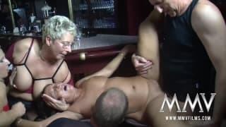 Eine heiße Orgie mitten in einer Bar