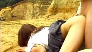 Asiatische Schülerin bläst Schwanz draußen