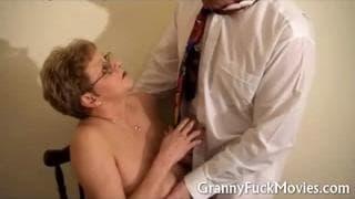 Oma mit Brille geht zum Arzt