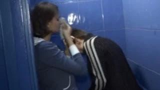 Mann nimmt dieses Mädchen auf Toilette mit