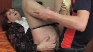 Transe wird anal auf dem Küchentisch gefickt