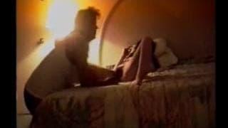 Moretta masturbiert mit ihrer behaarten Muschi