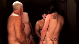 Reife Männer stehen auf Gruppensex