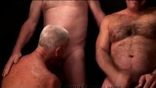 Sehr erotische Orgie mit reifen Männern
