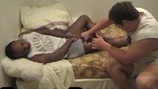 Zwei Schwule masturbieren gemeinsam im Bett