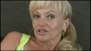 Renatta ist eine Blondine, die Analsex mag