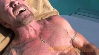 Jack ist ein schwuler Bär der draußen wichst!