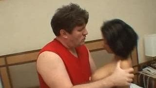 Diese Frau bläst seinen Schwanz und fickt ihn