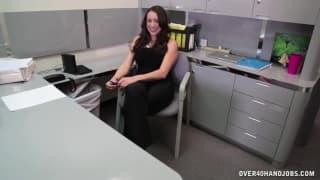 Heiße Granate gibt einen Handjob im Büro