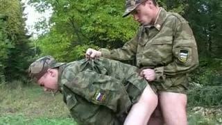 Zwei schwule Soldaten haben Zeit alleine