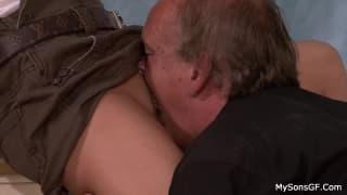 Sie kriegt ihre Muschi von einem Alten geleckt