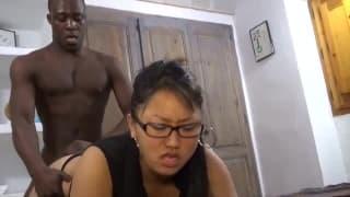 Eine orientalische Frau bläst schwarzen Penis