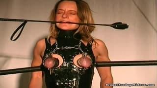 Eine gefolterte Frau liebt Schmerzen