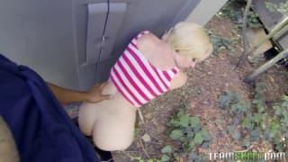Ein Kerl fickt Miley May im Freien!