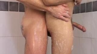 Schwules Paar bumst in der Dusche