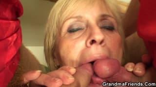 Oma wird in heißem jungem Dreier gefickt
