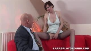 Lara Latex bringt den Glatzkopf zum Aufgeben!