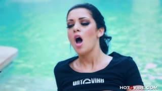 Melina Mason besorgt es sich selbst im Pool