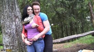 Kira fickt im Wald und genießt es