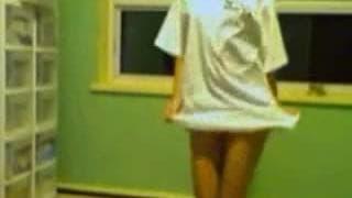 Junge Brünette zeigt ihren Körper vor Kamera