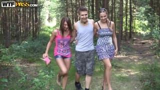 Drei junge Menschen haben draußen Sex