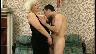 Diese Oma muss gut genagelt werden