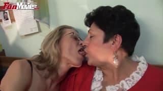 Marga und Gundi Moll lecken sich gegenseitig