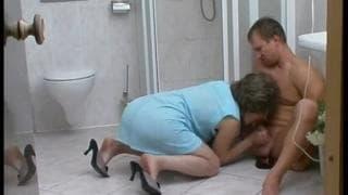 Eine reife Milf hat Spaß im Badezimmer