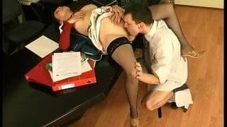 Eine heiße Brünette verführt ihren Boss