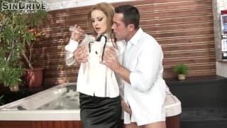 Abbie Cat verführt ihren Mann mit ihren Titten