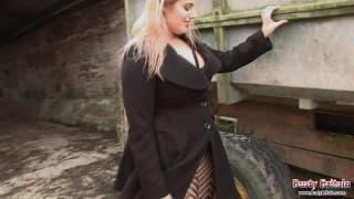 Raphaella Lily ist bereit zu masturbieren