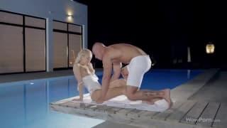 Diese Blondine will Sex am Pool