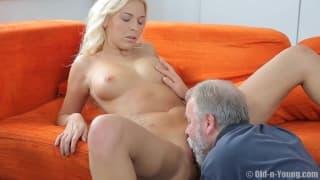 Älterer Herr verführt diese heiße Blondine