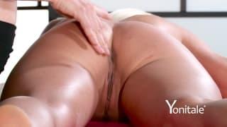 Blondine bekommt eine verführerische Massage