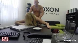 Amy tut worum ihr Chef sie bittet