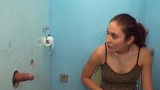 Simona hat Spaß mit einem Gloryhole