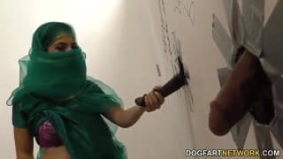 Nadia Ali genießt den Penis im Gloryhole