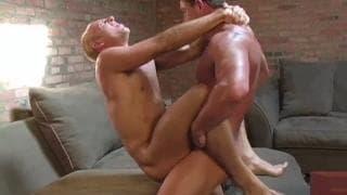 Zwei schwule Männer ficken sich hart anal