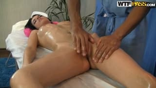 Lily genießt diese Massage garantiert!